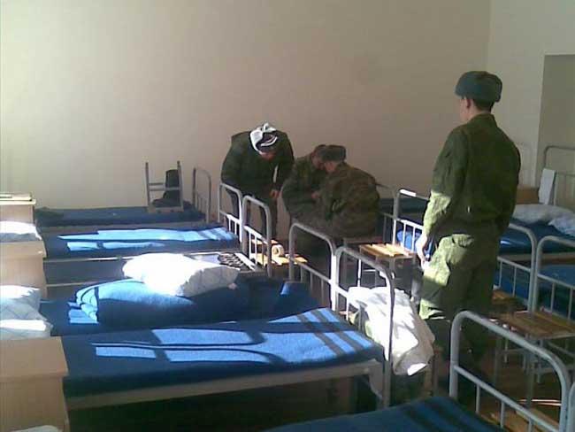 devushka-v-kazarme